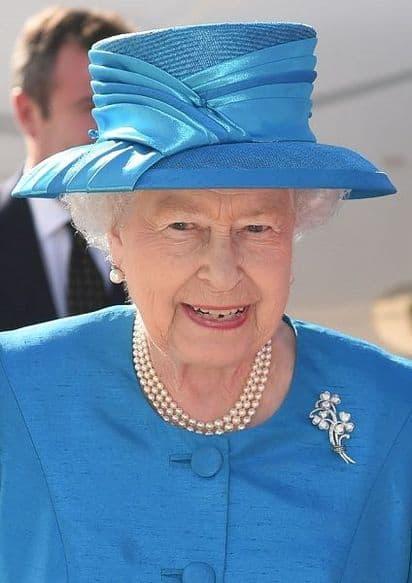 Regina Elisabetta in completo blu