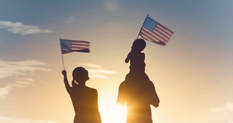 Personas con banderas de Estados Unidos