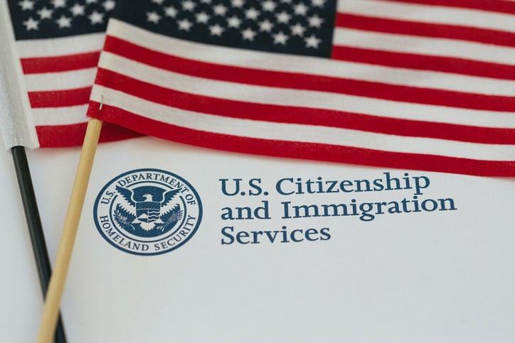 Bandera de Estados Unidos y papeles sobre inmigración