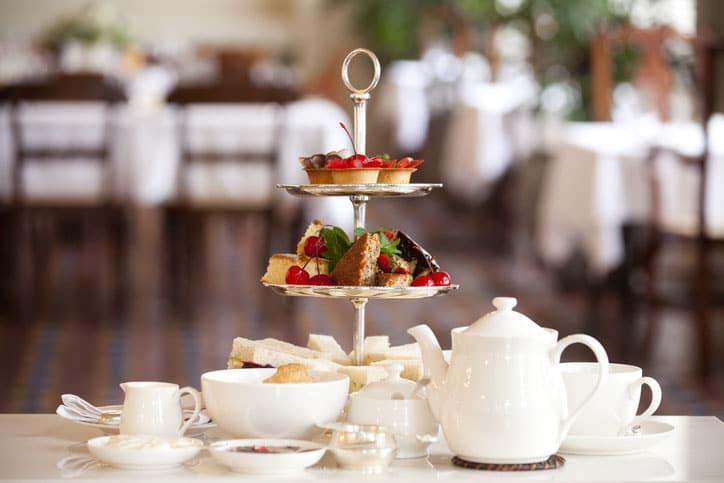 Mesa con té y pasteles