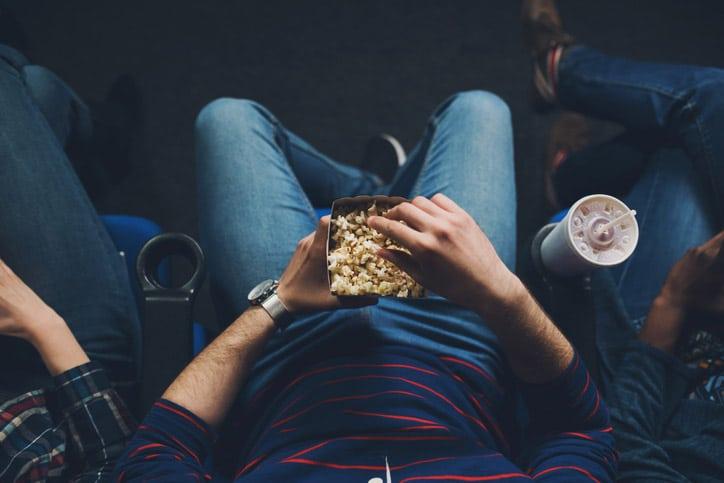 Hombre comiendo palomitas en el cine